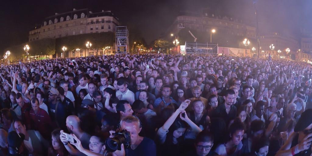 Public venu ecouter le DJ francais Etienne De Crecy et son Super Discount 3 en concert devant l'Hotel de Ville de Paris lors du Festival Fnac Live. Paris, France 17/07/2015/SADAKA_sada024/Credit:SADAKA EDMOND/SIPA/1507180154